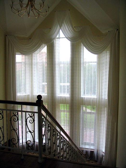 шторы в холл фото на лестнице